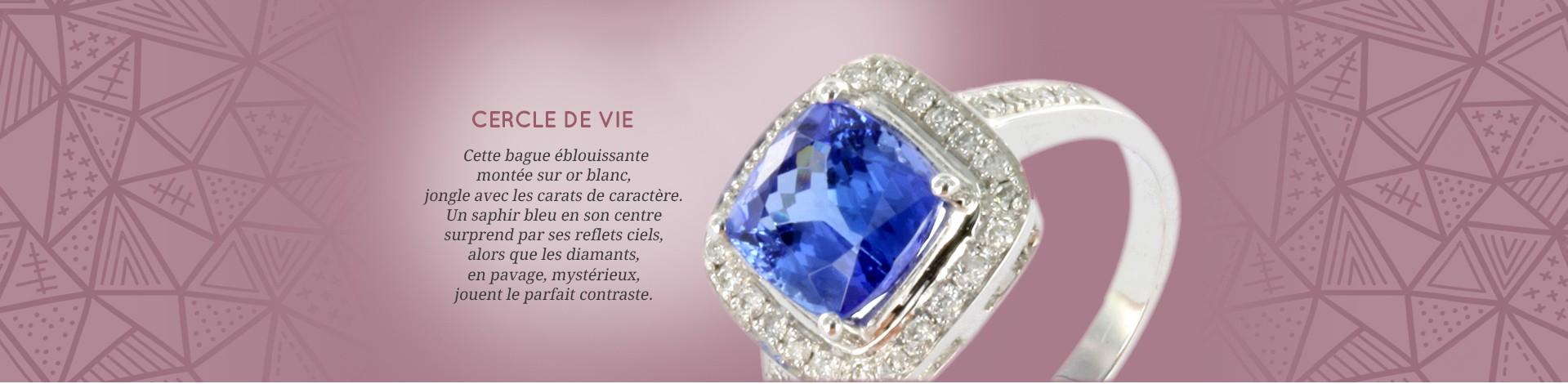Cette bague éblouissante montée sur argent, jongle avec les carats de caractère. Un saphir bleu en son centre surprend par ses reflets ciels, alors que les diamants, en pavage, mystérieux, jouent le parfait contraste.